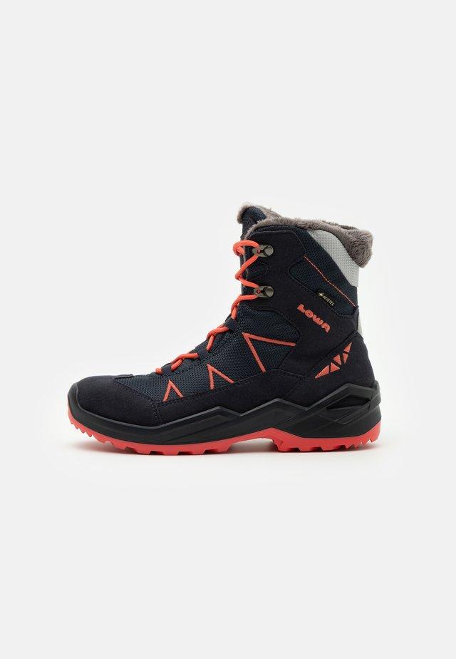 JONAS GTX UNISEX - Winter boots - navy/coral