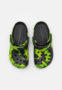 Crocs - CLASSIC TIE DYE GRAPHIC UNISEX - Mules - black/lime punch - 3