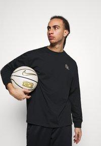 Nike Performance - T-shirt med print - black - 3