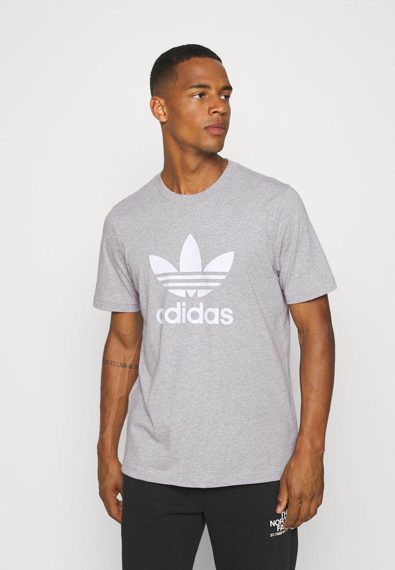 adidas Originals - TREFOIL T-SHIRT ORIGINALS ADICOLOR - T-shirt med print - medium grey heather/white