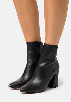 LARUS - Kotníková obuv na vysokém podpatku - black