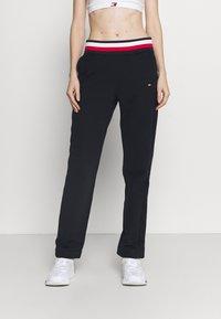Tommy Hilfiger - REGULAR GLOBAL PANT - Pantalon de survêtement - blue - 0