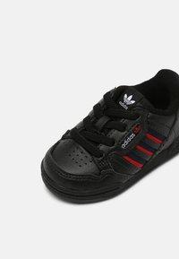 adidas Originals - CONTINENTAL 80 STRIPES UNISEX - Sneakersy niskie - core black/collegiate navy/vivid red - 6