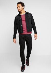 Wrangler - GREENSBORO - Straight leg jeans - black valley - 1