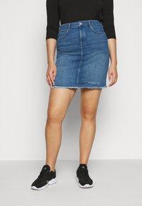 ONLY Carmakoma - CARVERA LIFEKNEE SKIRT - Denim skirt - medium blue denim - 0