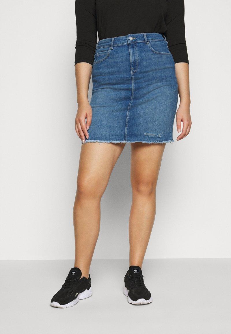 ONLY Carmakoma - CARVERA LIFEKNEE SKIRT - Denim skirt - medium blue denim