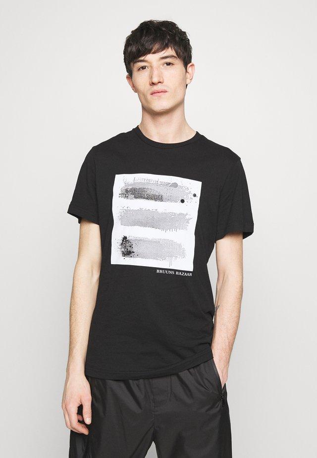 LEON AUGUST TEE - Print T-shirt - black