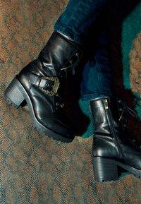 Versace Jeans Couture - Šněrovací kotníkové boty - nero - 5