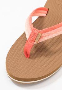 Reef - VOYAGE LITE BEACH - Sandály s odděleným palcem - orange - 2