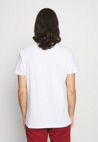 CLOSURE London - LOGO EMBLEM TEA - Print T-shirt - white - 2