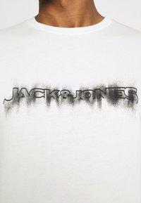 Jack & Jones - JOREDGE CREW NECK - Sweatshirt - cloud dancer - 3