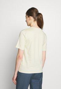 Filippa K - CREW NECK TEE - Jednoduché triko - faded yellow - 2
