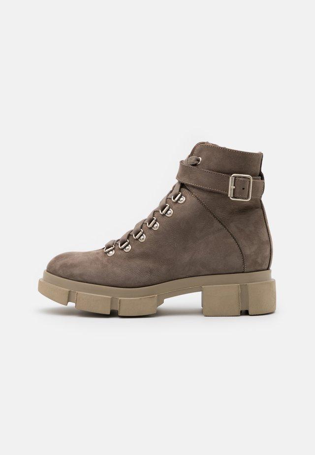 CPH505 - Kotníkové boty na platformě - taupe