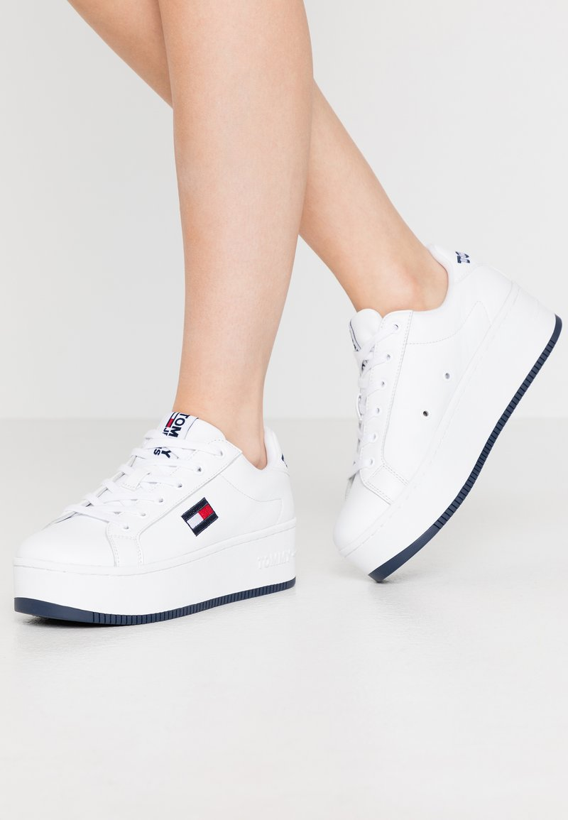 Tommy Jeans - ICONIC FLATFORM  - Joggesko - white