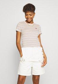 Levi's® - BABY TEE - Print T-shirt - beige/white - 0