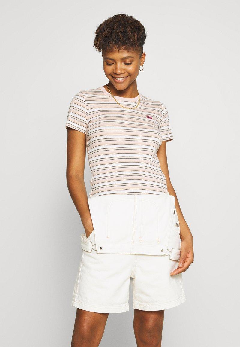 Levi's® - BABY TEE - Print T-shirt - beige/white