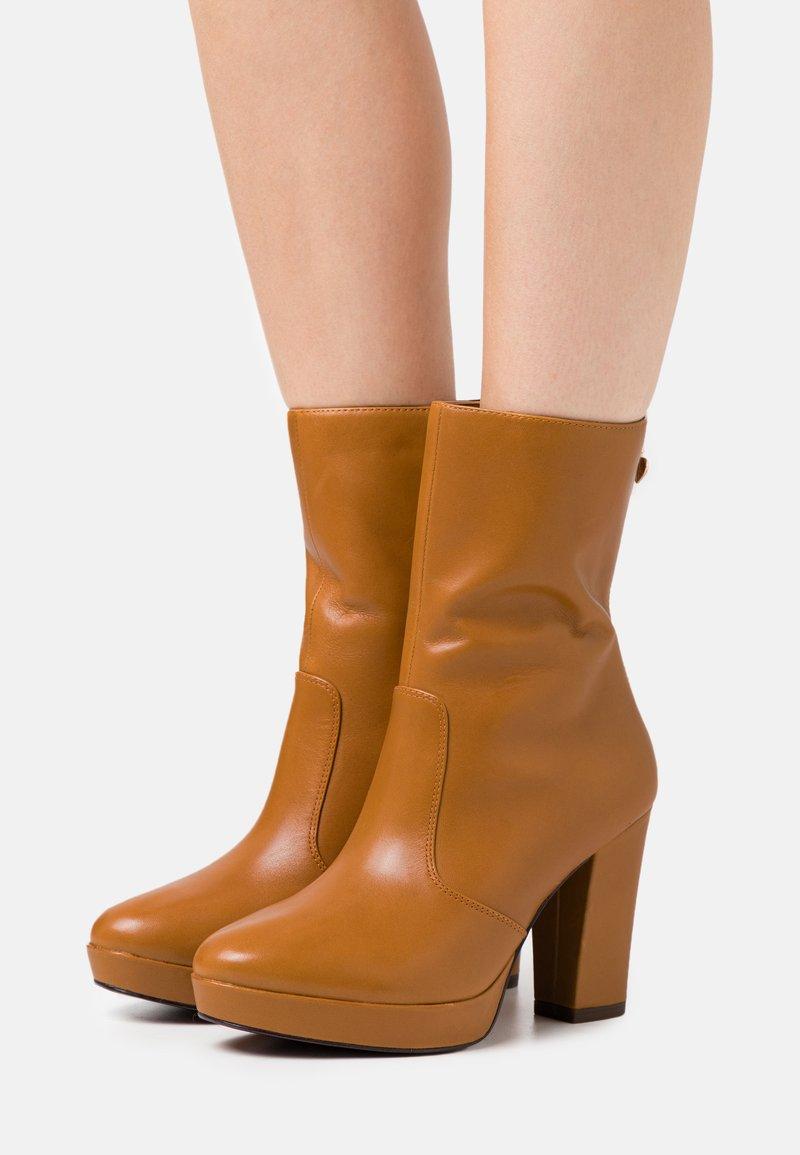 Tamaris Heart & Sole - BOOTS  - Kotníková obuv na vysokém podpatku - mustard
