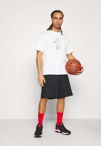 Nike Performance - NBA MOVE TO TEE - T-shirt med print - offwhite - 1