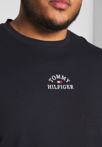 Tommy Hilfiger - ARCH TEE - T-shirt con stampa - blue - 5