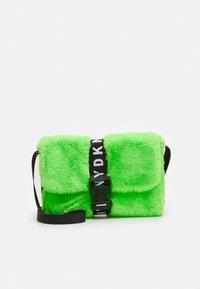 DKNY - SHOULDER BAG - Taška spříčným popruhem - fluo green - 0