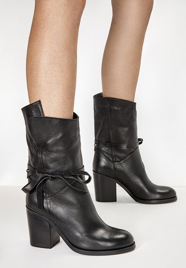 High heeled boots - black blk