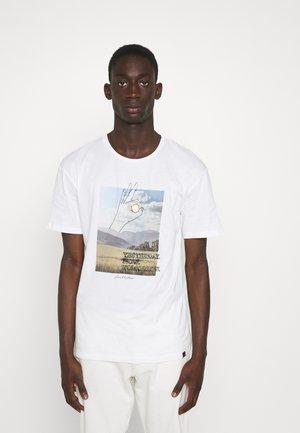 JORLANDSCAPE TEE CREW NECK - Print T-shirt - cloud dancer