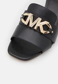 MICHAEL Michael Kors - IZZY MULE - Pantofle na podpatku - black - 6
