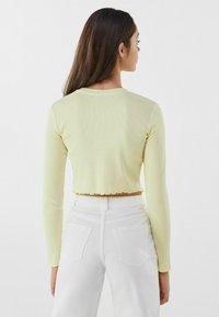 Bershka - MIT STICKEREI - Langærmede T-shirts - yellow - 2