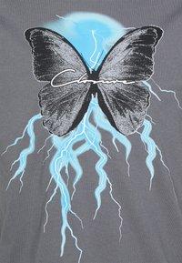 CLOSURE London - BUTTERFLY TEE - Print T-shirt - slate grey - 2