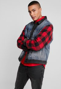 Levi's® Extra - TYPE HYBRID TRUCKER - Denim jacket - blue denim/red - 0