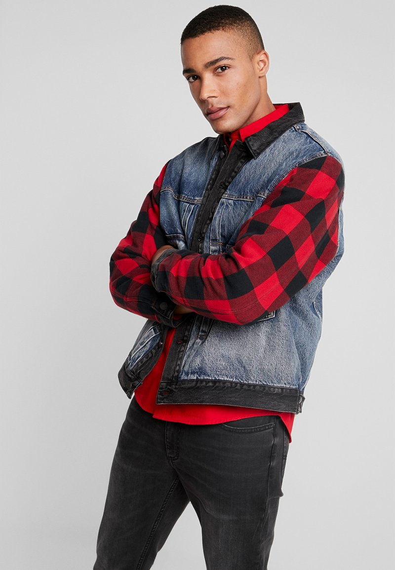 Levi's® Extra - TYPE HYBRID TRUCKER - Denim jacket - blue denim/red