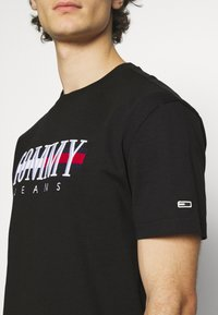 Tommy Jeans - TIMELESS TEE UNISEX - T-shirt con stampa - black - 5