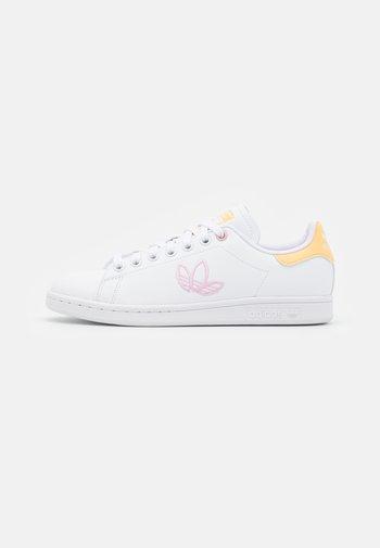 STAN SMITH  - Zapatillas - footwear white/orange tint/clear pink