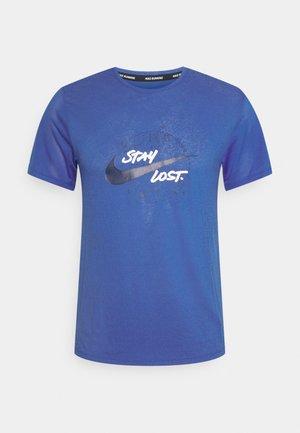MILER - Print T-shirt - game royal/reflective silver