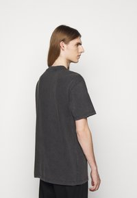 Han Kjøbenhavn - BOXY TEE - Print T-shirt - faded dark grey - 2
