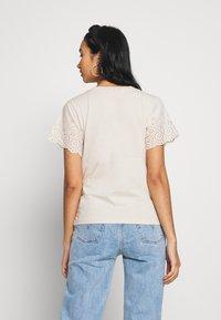 Molly Bracken - LADIES KNITTED TEE - T-shirt z nadrukiem - beige - 2