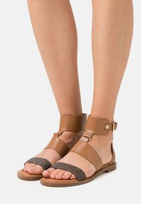 MICHAEL Michael Kors - AMOS FLAT  - Ankle cuff sandals - luggage - 0