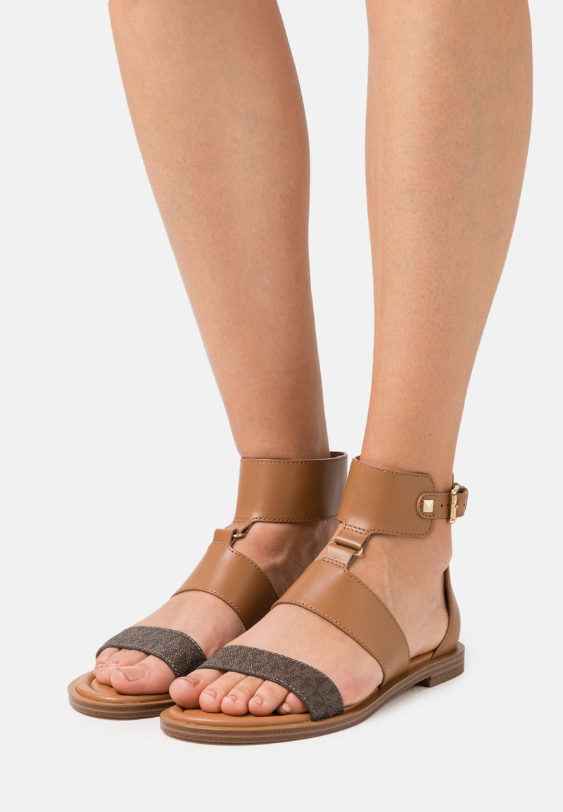 MICHAEL Michael Kors - AMOS FLAT  - Ankle cuff sandals - luggage