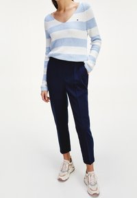 Tommy Hilfiger - TH ESS  - Trousers - desert sky - 0