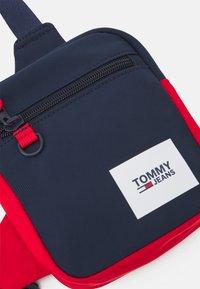 Tommy Jeans - URBAN ESSENTIALS CHEST BAG - Taška spříčným popruhem - blue - 3