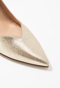 Paco Gil - MINA - Classic heels - vulcana platino - 2