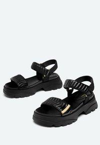 Uterqüe - MIT SOHLE IM SNEAKER-STIL - Platform sandals - black - 1
