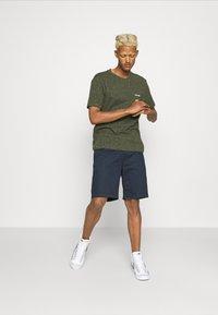 Calvin Klein - TURN UP SLEEVE - T-shirts print - dark olive - 1