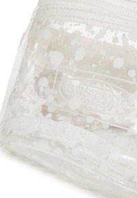 Eastpak - CRYSTAL CLEAR - Saszetka nerka - splash white - 4