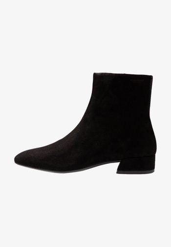 JOYCE - Korte laarzen - black