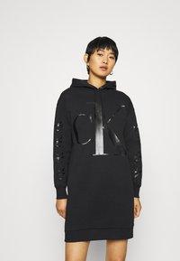 Calvin Klein Jeans - ECO LOGO HOODIE DRESS - Vestito estivo - black - 0