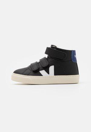 SMALL ESPLAR MID UNISEX - Sneakersy wysokie - black/white/cobalt