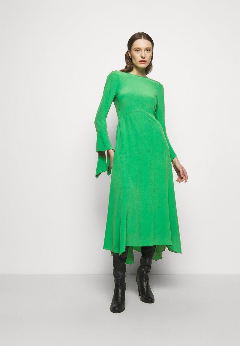 Victoria Beckham - HANKERCHIEF SLEEVE MIDI - Cocktailklänning - emerald green