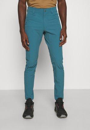WAYFARER TAPERED PANTS  - Kalhoty - mallard blue