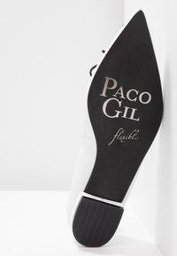 Paco Gil - MARGAUX - Slip-ons - bianco/black - 6